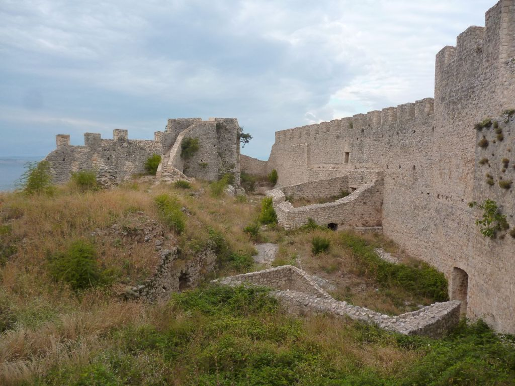 Западная и северная стены крепости. Фото: Елена Арсениевич, CC BY-SA 3.0