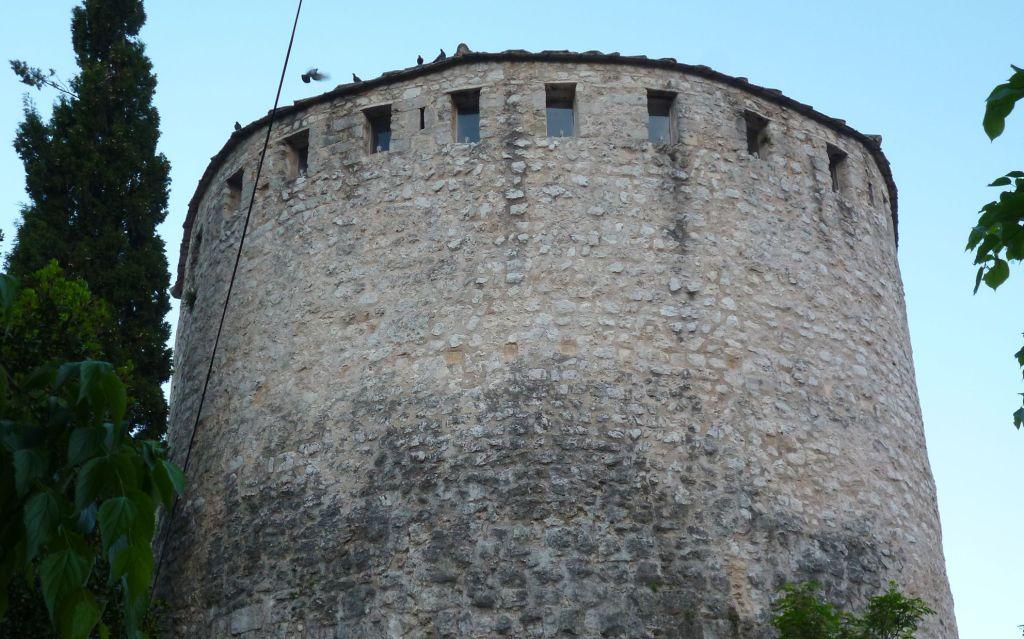 Башня Тара, следы каменных консолей. Фото: Елена Арсениевич, CC BY-SA 3.0