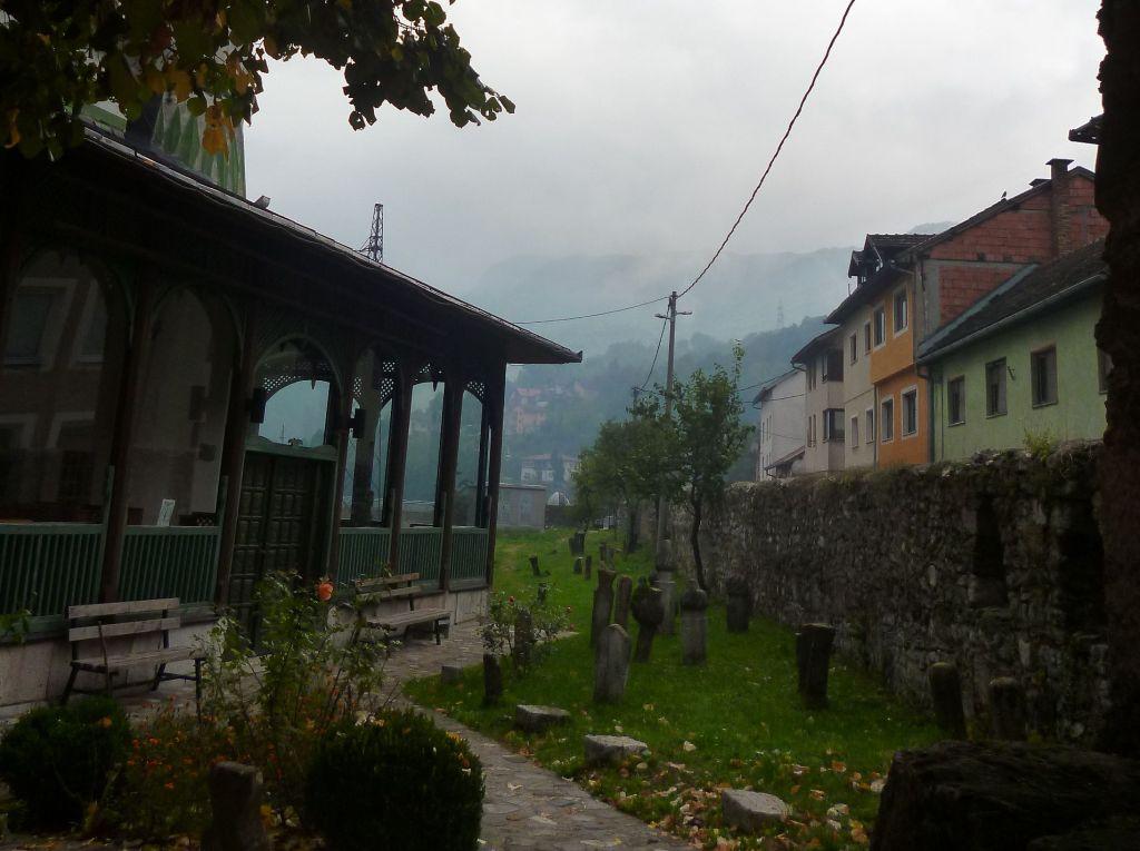 Старинное кладбище во дворе мечети. Фото: Елена Арсениевич, CC BY-SA 3.0