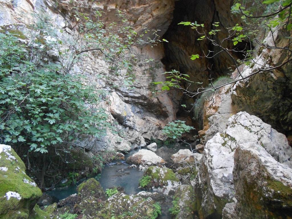 Пещера, откуда вытекает Тихалина. Фото: Елена Арсениевич, CC BY-SA 3.0