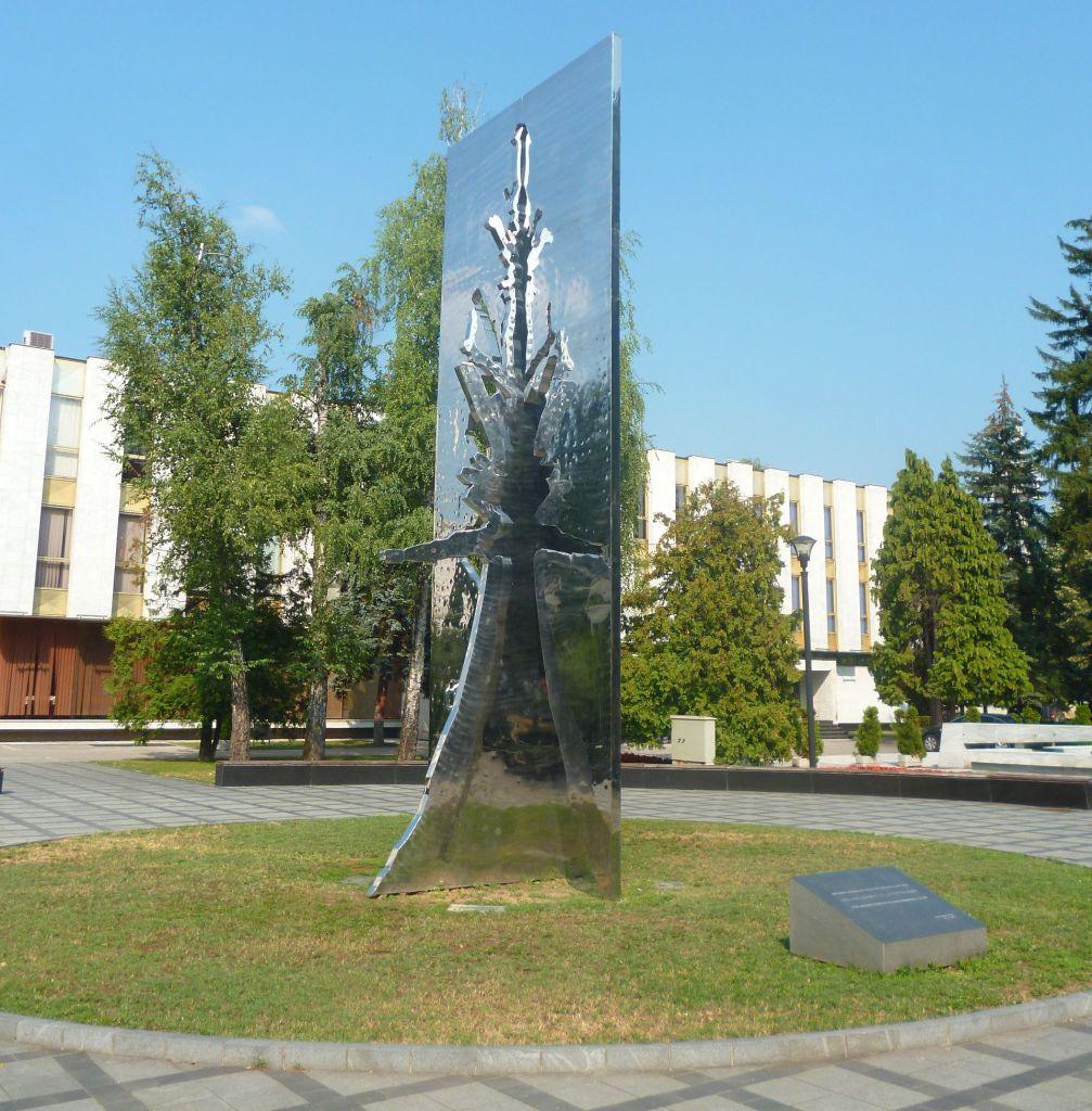 Памятник у Народной Скупштины Республики Сербской. Фото: Елена Арсениевич, CC BY-SA 3.0