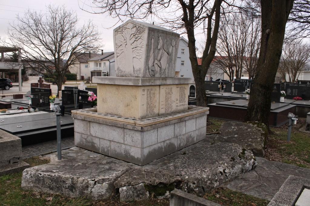 Современный памятник, стилизованный под стечак. Фото: Елена Арсениевич, CC BY-SA 3.0