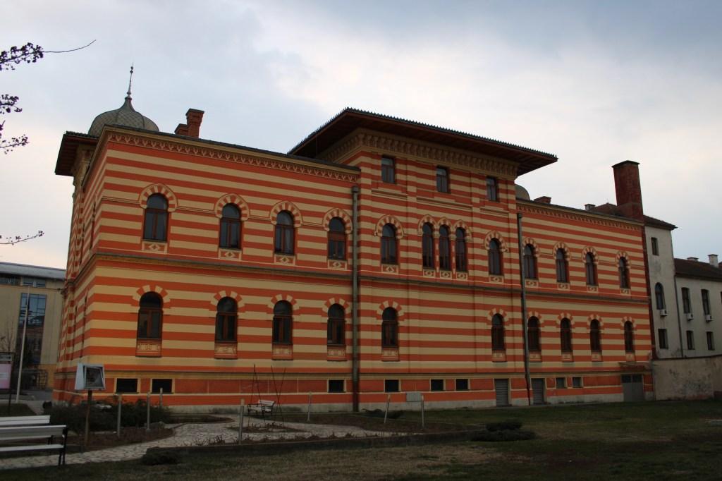 Северный – непарадный – фасад здания декорирован намного скромнее. Фото: Елена Арсениевич, CC BY-SA 3.0