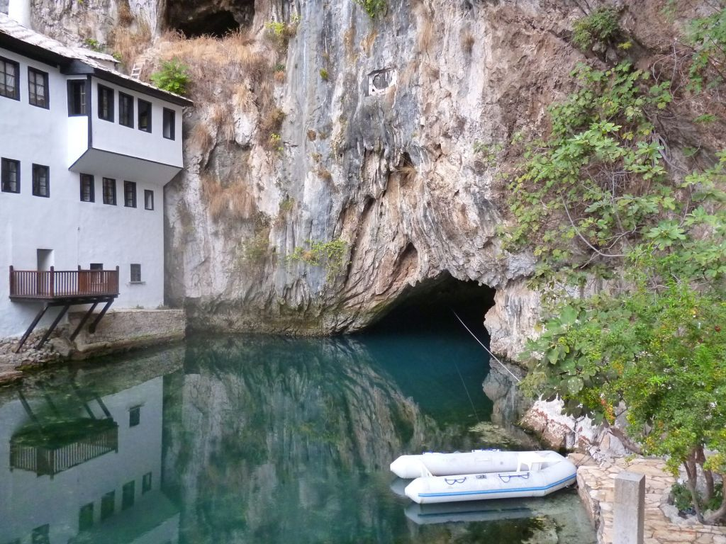 Исток Буны и текия. Справа лодочка для плавания в пещеру. Фото: Елена Арсениевич, CC BY-SA 3.0