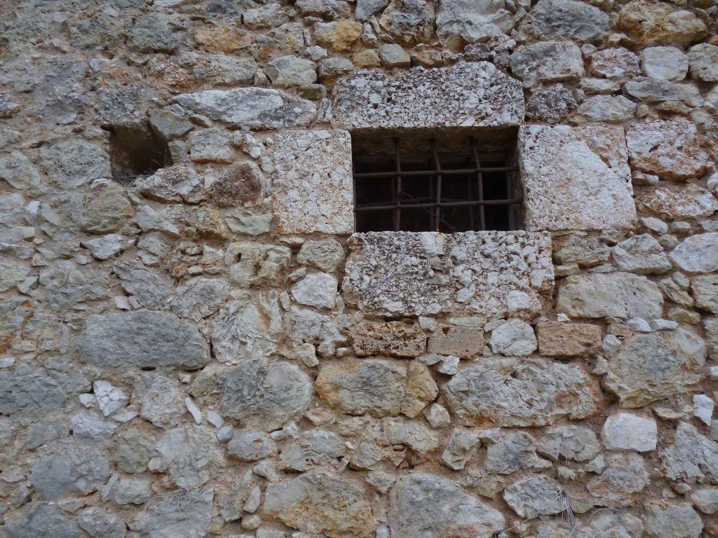Маленькие окна приземного этажа. Фото: Елена Арсениевич, CC BY-SA 3.0