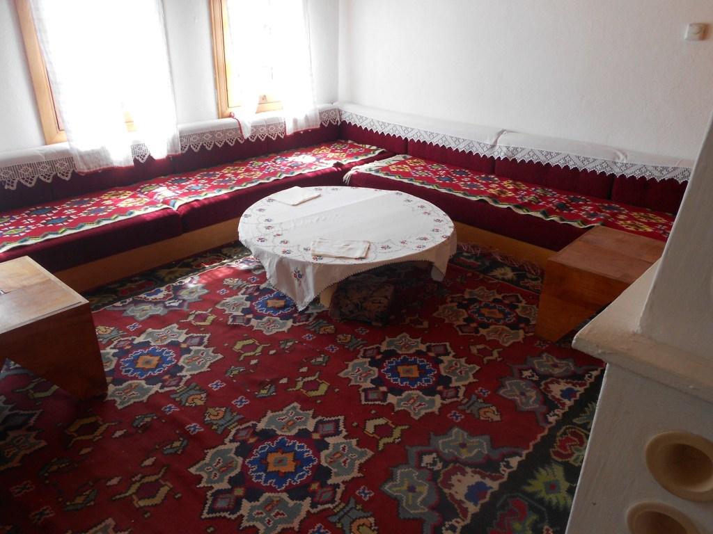 Низкие диванчики называются сечия. Фото: Елена Арсениевич, CC BY-SA 3.0