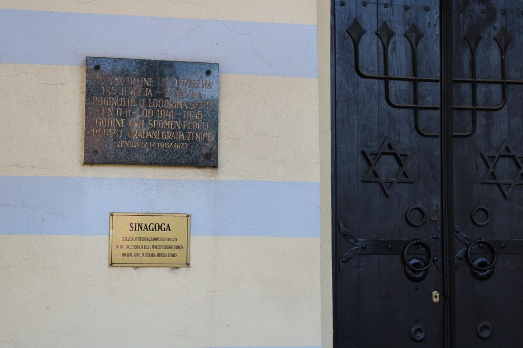 Памятная табличка на стене синагоги. Фото: Елена Арсениевич, CC BY-SA 3.0
