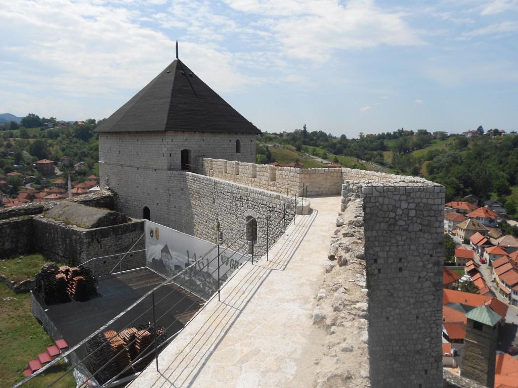 Крепостная стена и башня. Фото: Елена Арсениевич, CC BY-SA 3.0