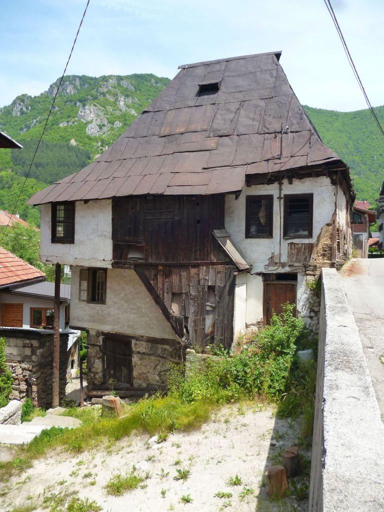 Старинный дом с высокой крышей. Травник. Фото: Елена Арсениевич, CC BY-SA 3.0