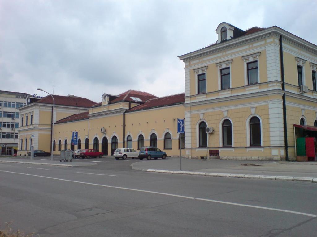 Фасад, выходивший к железнодорожным путям. JensenHR, Public Domain