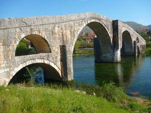 Мост Арсланагича с правой стороны реки. Фото: Елена Арсениевич, CC BY-SA 3.0