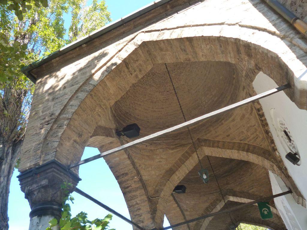Малые купола над крыльцом. Фото: Елена Арсениевич, CC BY-SA 3.0
