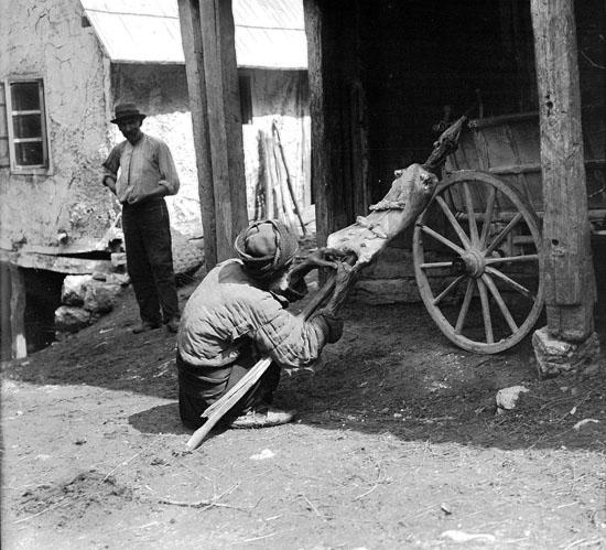 Подготовка ягнёнка к жарке. Rudolf Bruner-Dvořák, Public Domain