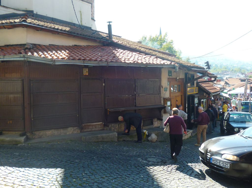 Лавки, пристроенные к мечети. Фото: Елена Арсениевич, CC BY-SA 3.0