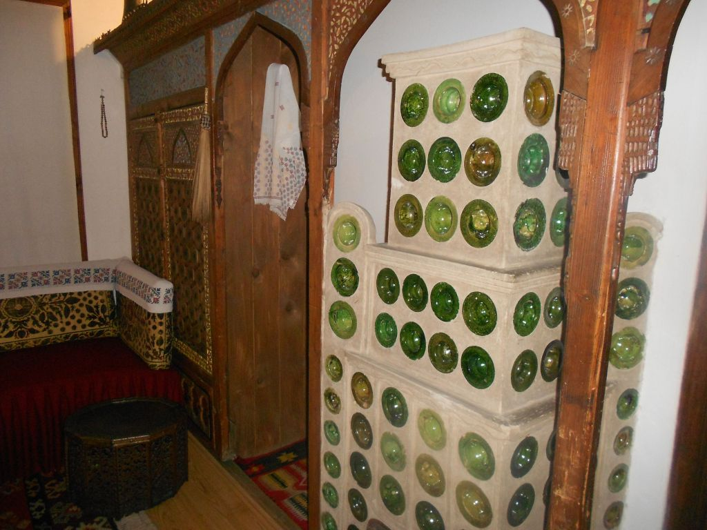 Печь фуруна и шкаф-мусандера. Фрагмент этнографической экспозиции. Фото: Елена Арсениевич, CC BY-SA 3.0