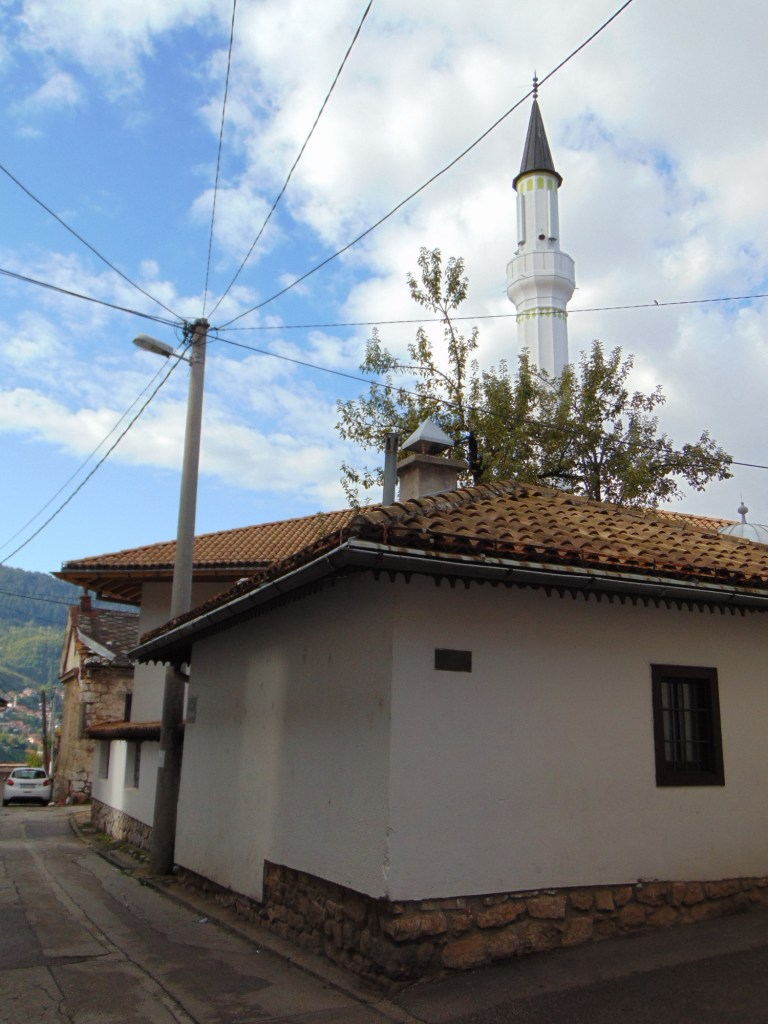 У Белой мечети белый минарет. Фото: Елена Арсениевич, CC BY-SA 3.0