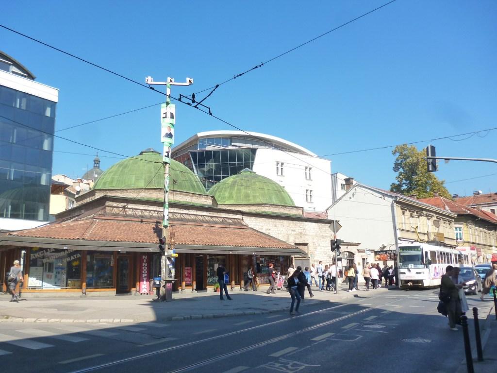 Два больших купола над шадрванами. Фото: Елена Арсениевич, CC BY-SA 3.0