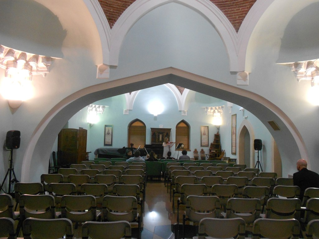 Два шадрвана объединили и превратили в концертный зал. Фото: Елена Арсениевич, CC BY-SA 3.0