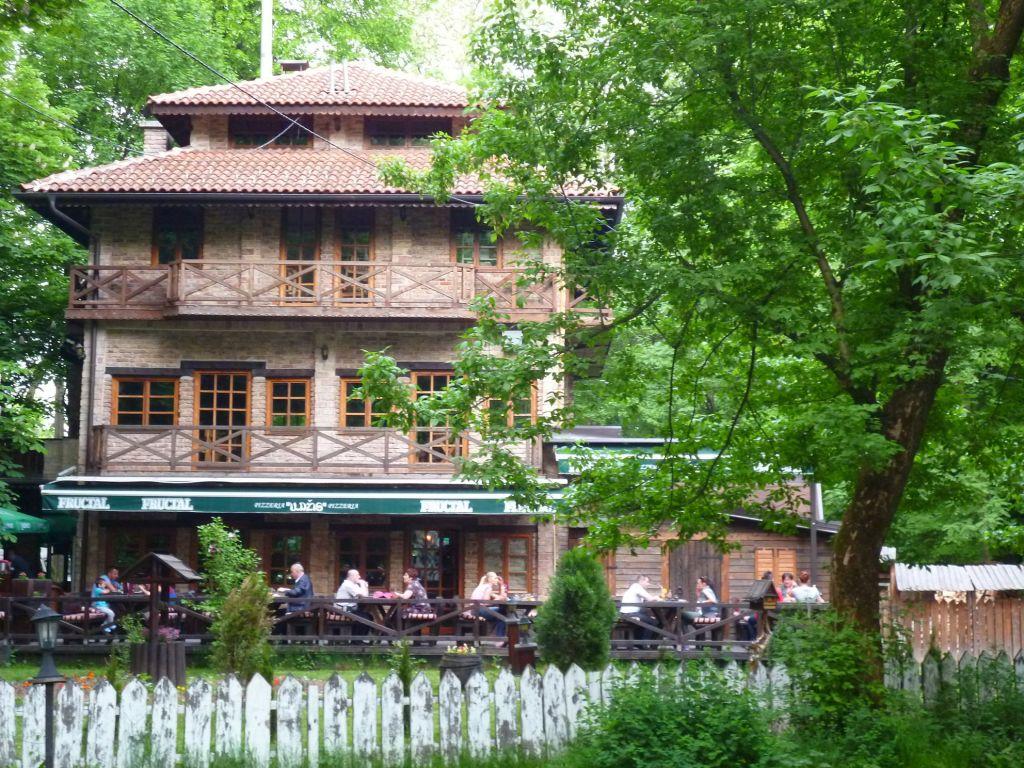 Ресторан в глубине парка. Фото: Елена Арсениевич, CC BY-SA 3.0