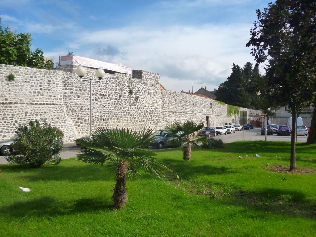 Отреставрированная западная стена крепости. Фото: Елена Арсениевич, CC BY-SA 3.0