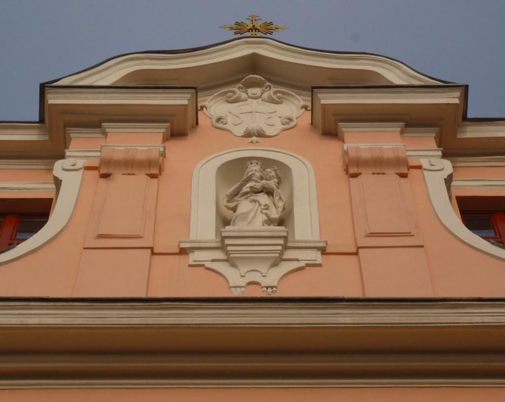 Необарочный фронтон церкви. Фото: Елена Арсениевич, CC BY-SA 3.0