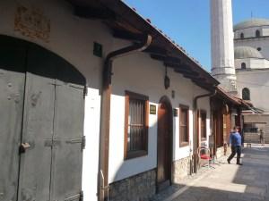 Улица выходит к мечети Гази Хусрев-бега. Фото: Елена Арсениевич, CC BY-SA 3.0
