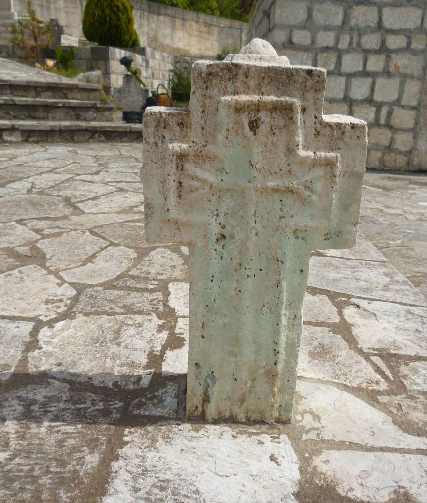 Крест с могилы матери святого, который в 1966 году заменили памятником. Фото: Елена Арсениевич, CC BY-SA 3.0