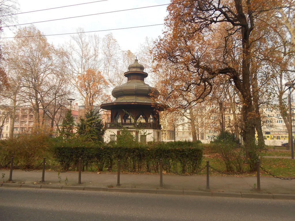Музыкальный павильон в осеннем парке. Фото: Елена Арсениевич, CC BY-SA 3.0
