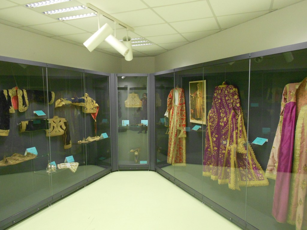 Традиционная одежда, обувь и украшения. Фото: Елена Арсениевич, CC BY-SA 3.0