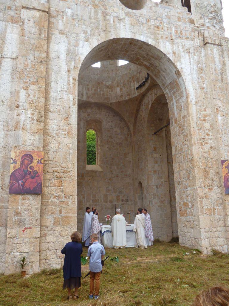 Литургия в недостроенной церкви. Фото: Елена Арсениевич, CC BY-SA 3.0