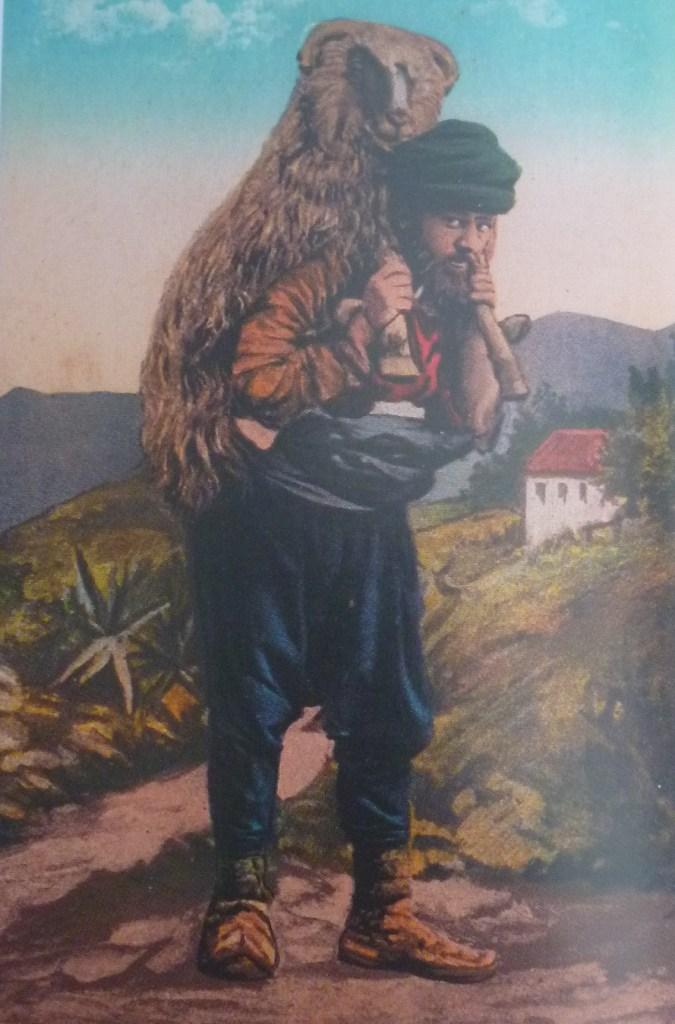 Несёт курбана. Автор фото неизвестен, public domain
