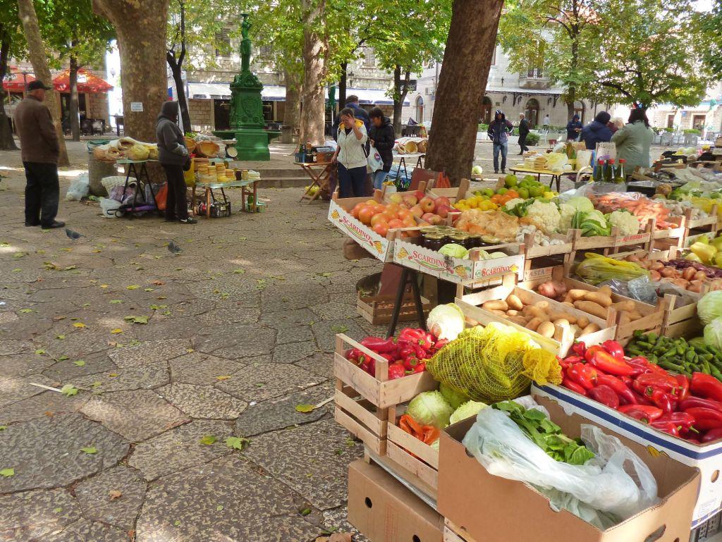Рынок на главной городской площади. Фото: Елена Арсениевич, CC BY-SA 3.0