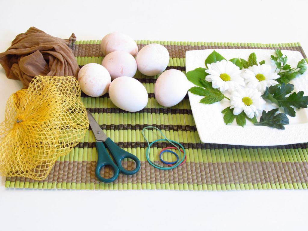 Всё необходимое для украшения яиц. Ivana Sokolović, CC BY 2.0