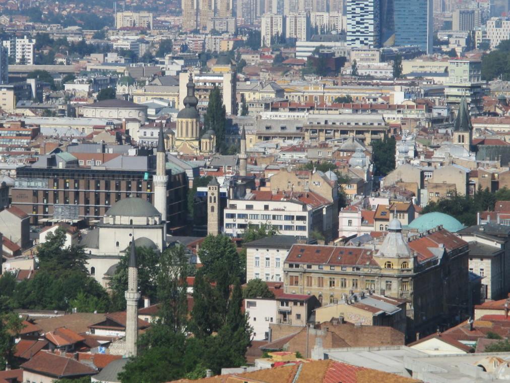 В одном кадре Бегова мечеть, католический кафедральный собор, православная соборная церковь, синагога (сейчас культурный центр). Фото: Елена Арсениевич, CC BY-SA 3.0