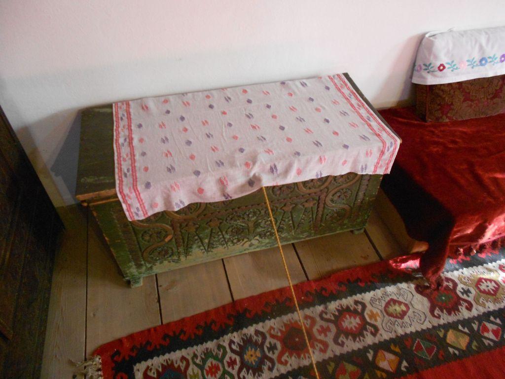 Сундук в детской гостиной. Вероятно для игрушек. Фото: Елена Арсениевич, CC BY-SA 3.0