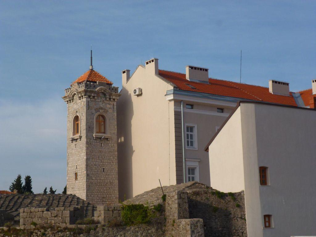 Часовая башня, рядом музей Герцеговины. Фото: Елена Арсениевич, CC BY-SA 3.0