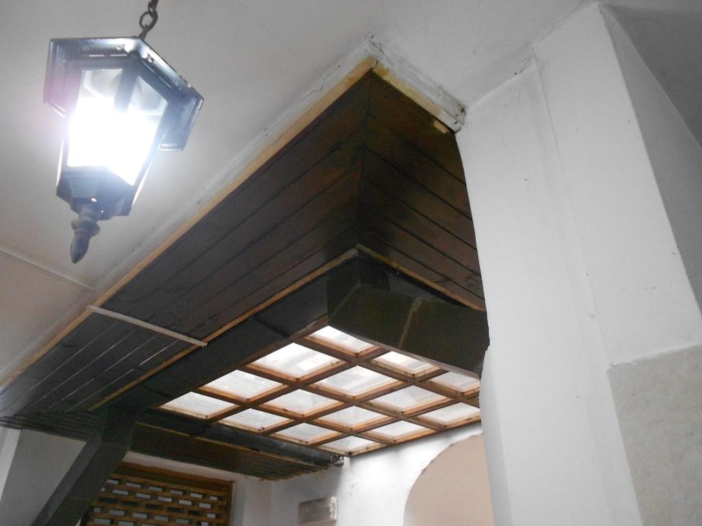 Потолок над входом. Раньше, вероятно, его не было. Фото: Елена Арсениевич, CC BY-SA 3.0