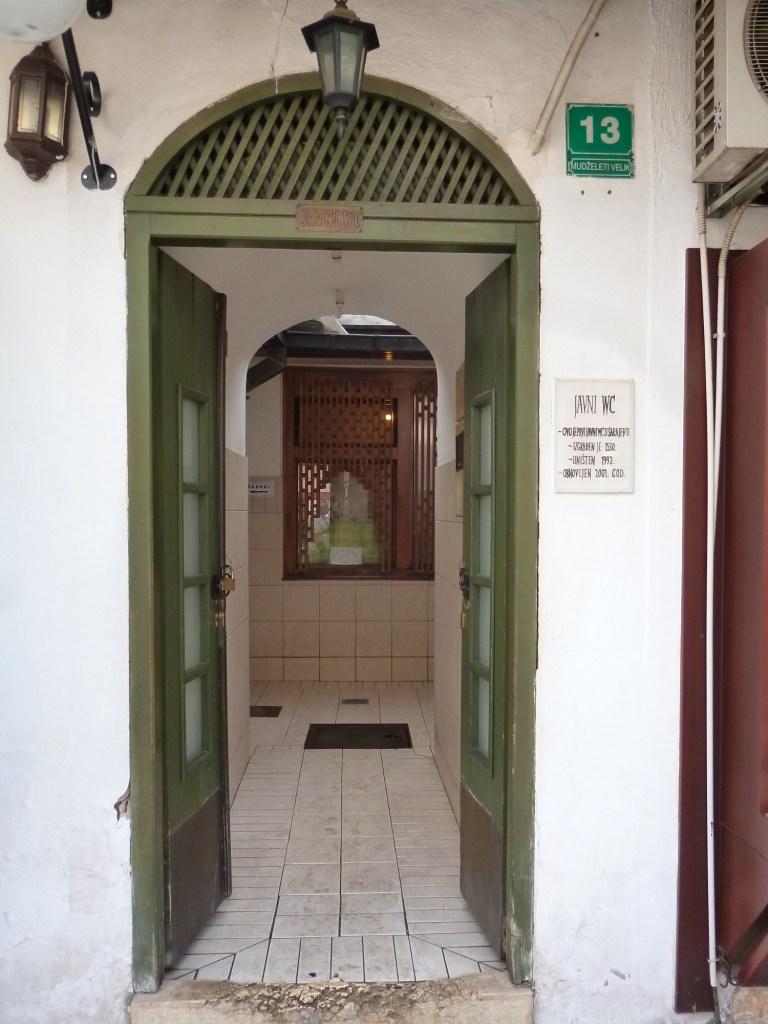 Вход в древний туалет. Фото: Елена Арсениевич, CC BY-SA 3.0