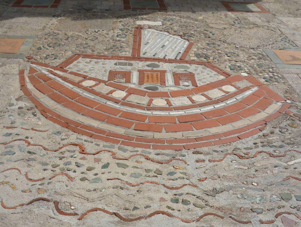 Вероятно, Ноев ковчег. Каменная мозаика у входа в церковь. Фото: Елена Арсениевич, CC BY-SA 3.0