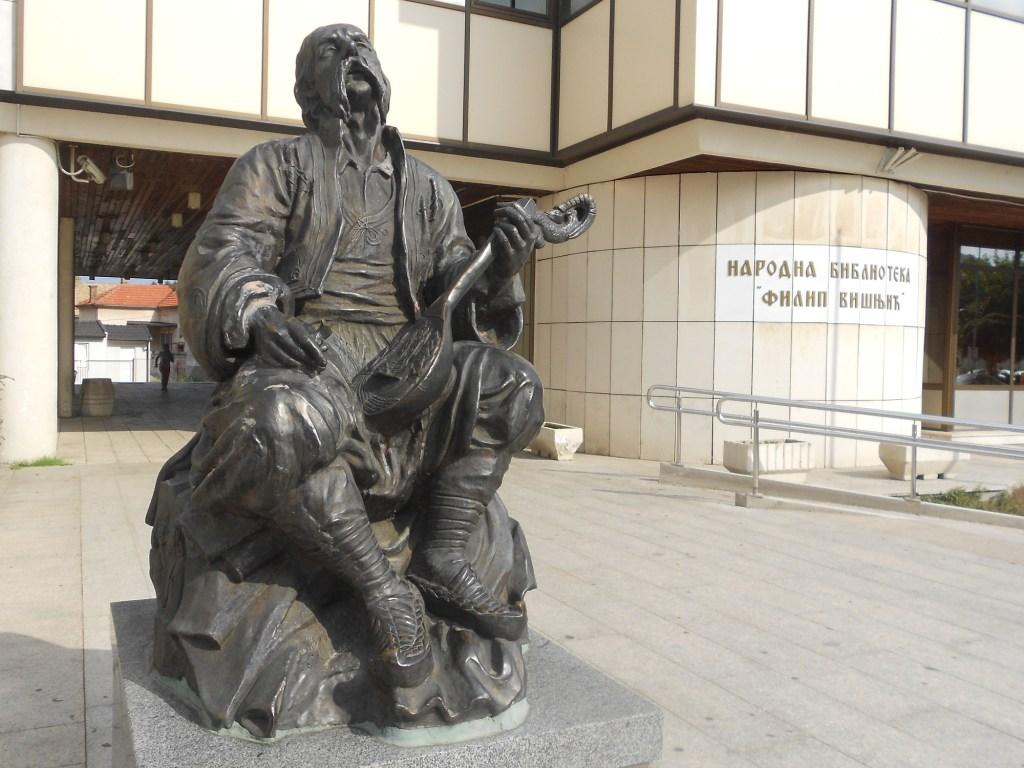 Памятник Филипу Вишничу и библиотека его имени в Биелине. Фото: Елена Арсениевич, CC BY-SA 3.0