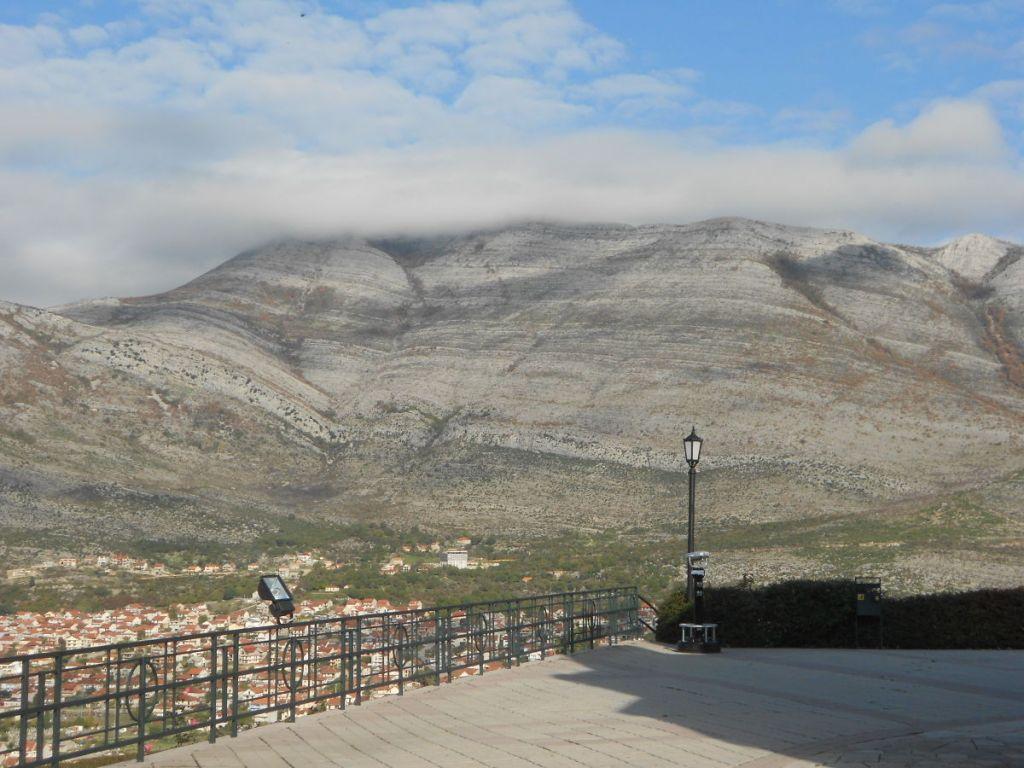 Гора Леотар (в остальные 355 дней). Фото: Елена Арсениевич, CC BY-SA 3.0