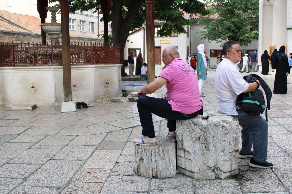 Притомились... (и уселись на исторический объект во дворе Беговой мечети). Фото: Елена Арсениевич, CC BY-SA 3.0