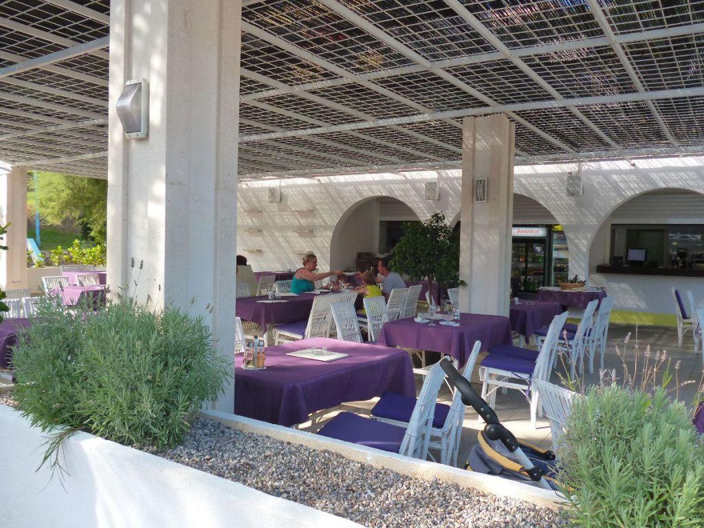 Пляжное кафе, пляж Grand Hotel Neum. Фото: Елена Арсениевич, CC BY-SA 3.0