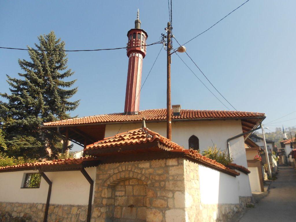 Одна из многочисленный мечетей с четырёхскатной крышей. Фото: Елена Арсениевич, CC BY-SA 3.0