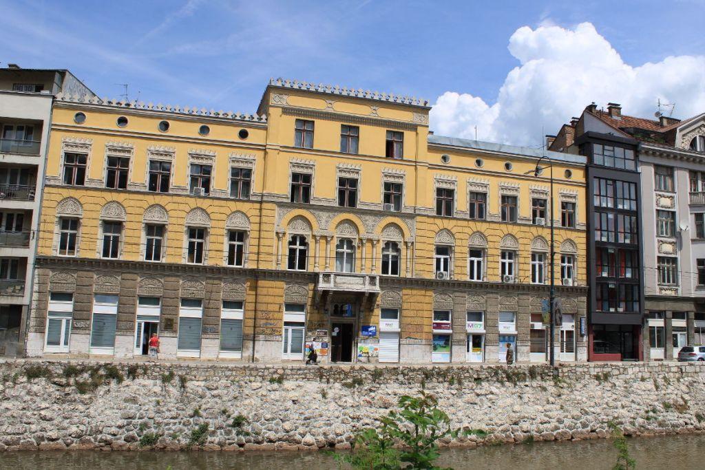 Палата на набережной. Часть вакуфа Гази Хусрев-бега. Фото: Елена Арсениевич, CC BY-SA 3.0