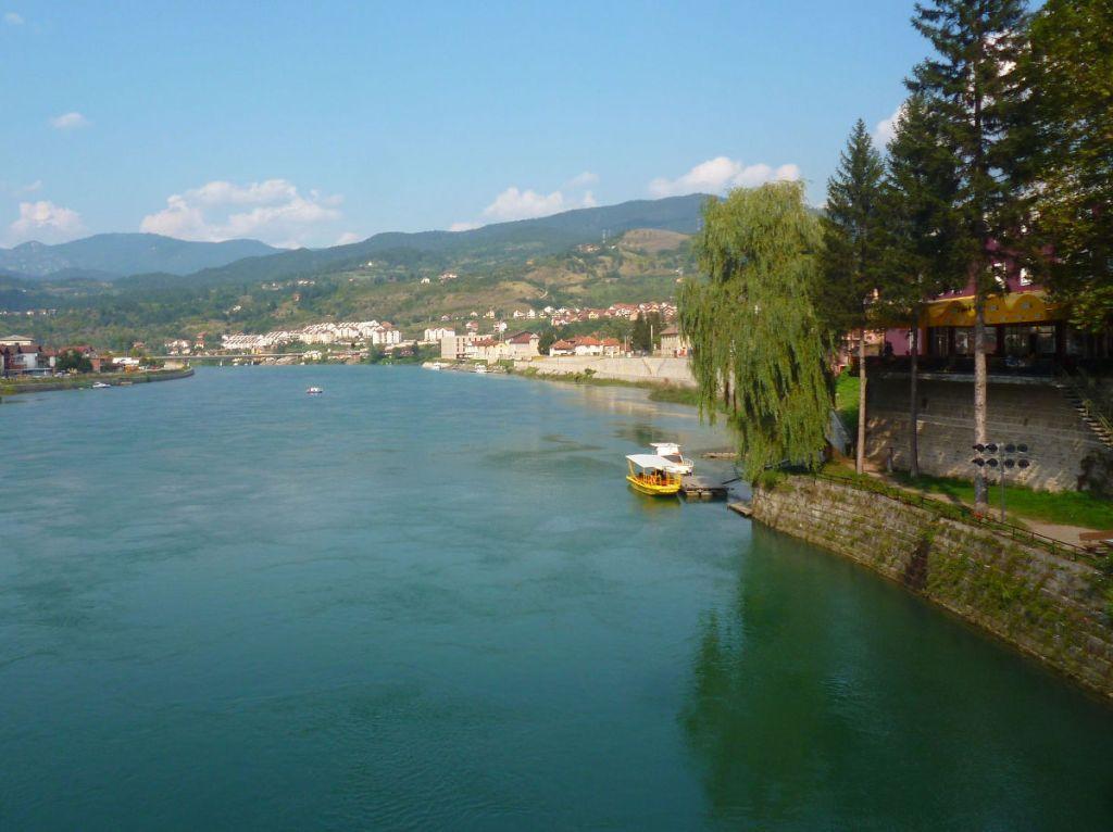 Вид с моста на Дрину и округу. Фото: Елена Арсениевич, CC BY-SA 3.0