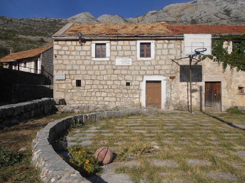 Основная школа в селе Туле рядом с Требине. Закрыта из-за нехватки детей. Фото: Елена Арсениевич, CC BY-SA 3.0