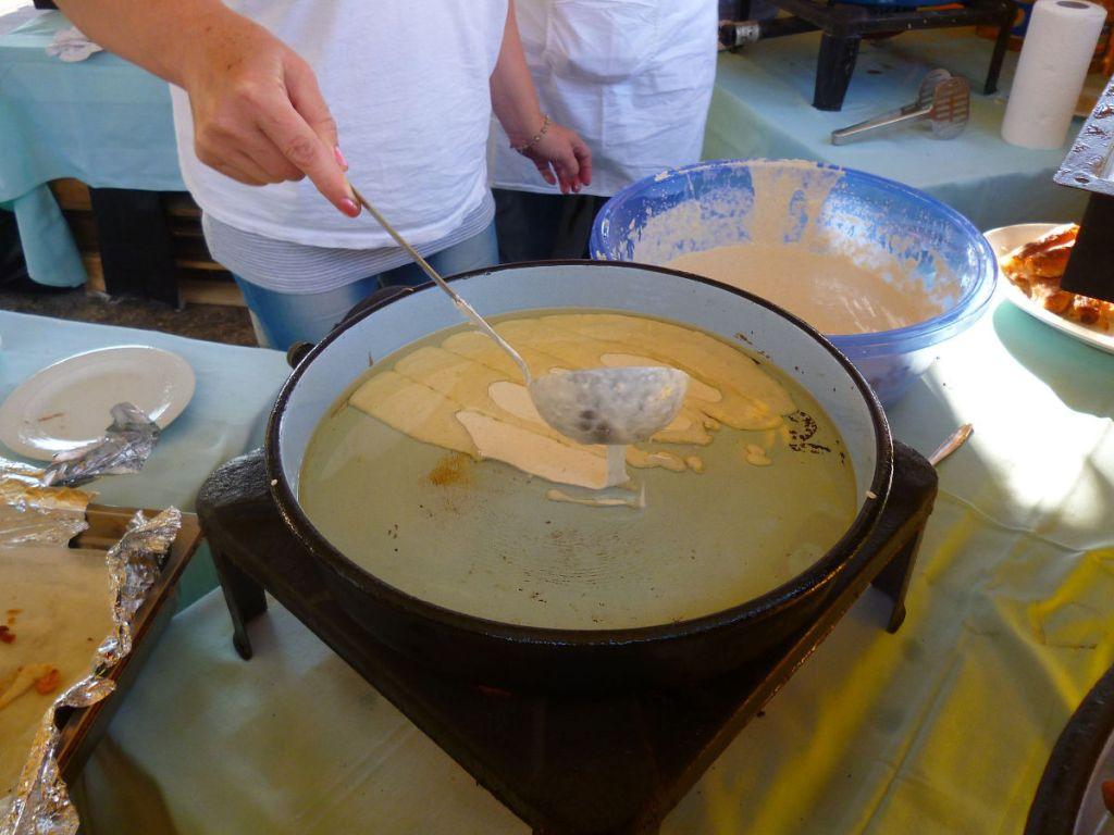 Налить тесто в сковороду полосками. Фото: Елена Арсениевич, CC BY-SA 3.0