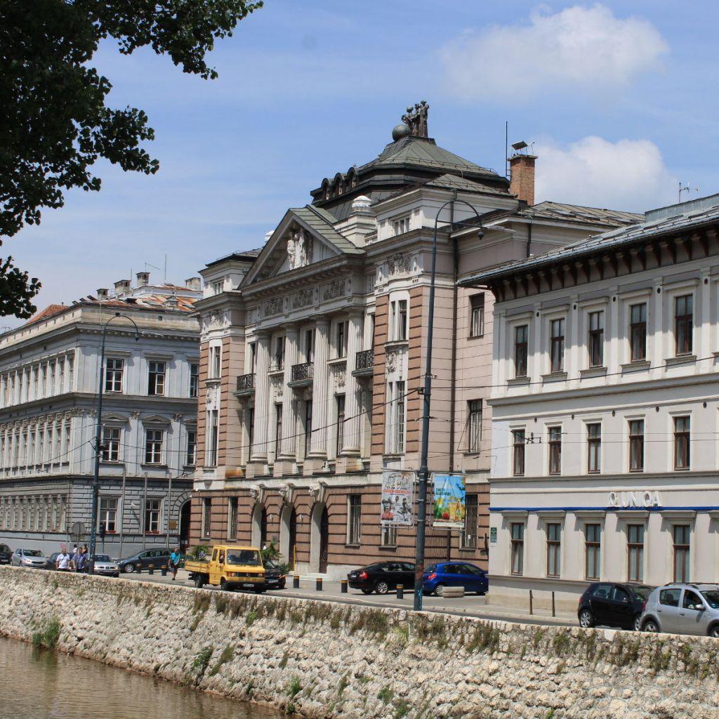 Банк с тремя грациями на крыше. Фото: Елена Арсениевич, CC BY-SA 3.0