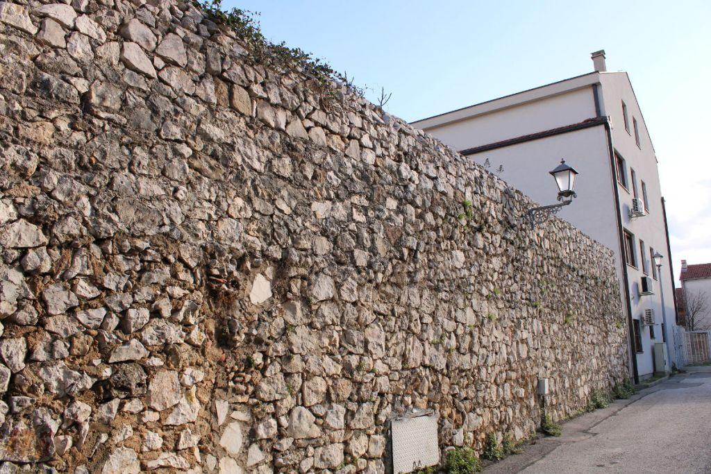 Стена на Капетановине (не знаю, крепостная или просто забор). Фото: Елена Арсениевич, CC BY-SA 3.0